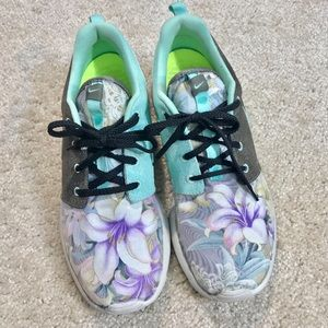 c29fd230556b CUSTOM Nike Roshe Run Two-Tone Floral Sneakers